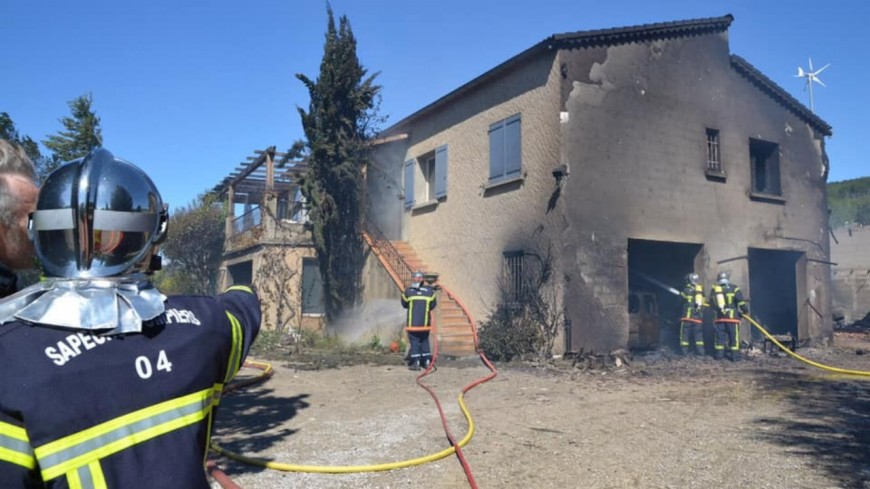 Alpes de Haute Provence :  le rez-de-chaussée d'une maison détruit par les flammes