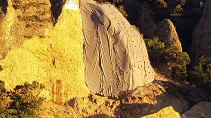 Alpes de Haute-Provence : Dynamitage d'un des Pénitents des Mées.
