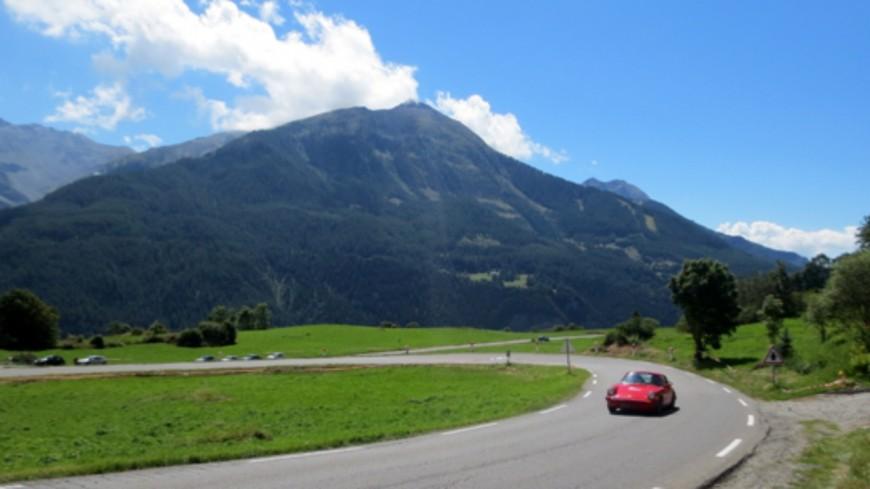 Hautes-Alpes : Un cortège de véhicules Porsche à Orcières samedi 18 juillet.