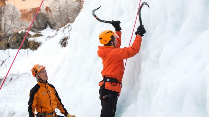 Hautes-Alpes : une cascade de glace artificielle à Aiguilles