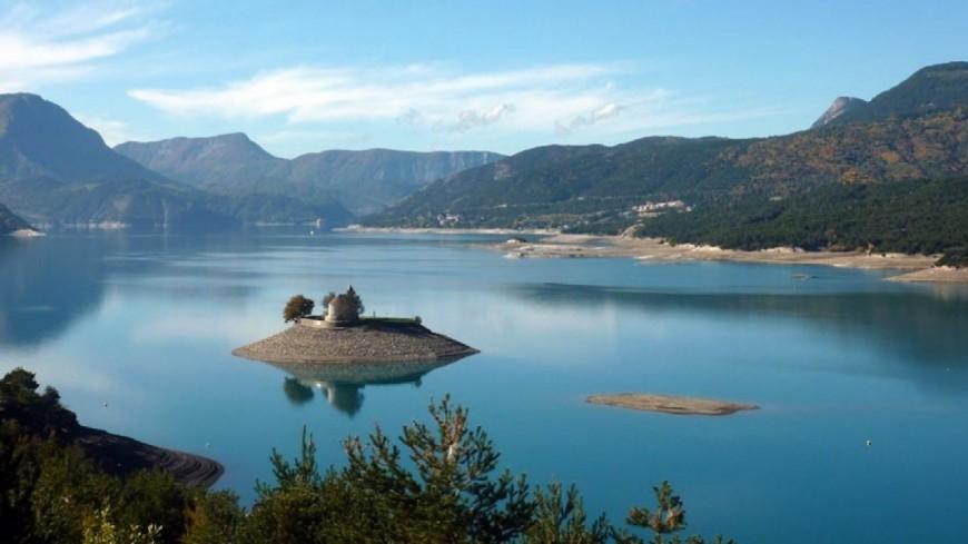 Hautes-Alpes : la circulation de nuit des bateaux sur le lac de Serre-Ponçon autorisée