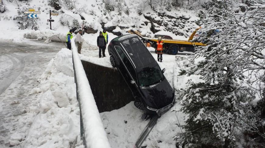 Alpes du Sud : il glisse sur la neige et se retrouve suspendu dans le vide