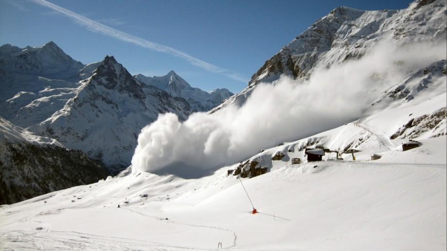 Hautes-Alpes : une avalanche coupe la route à La Grave