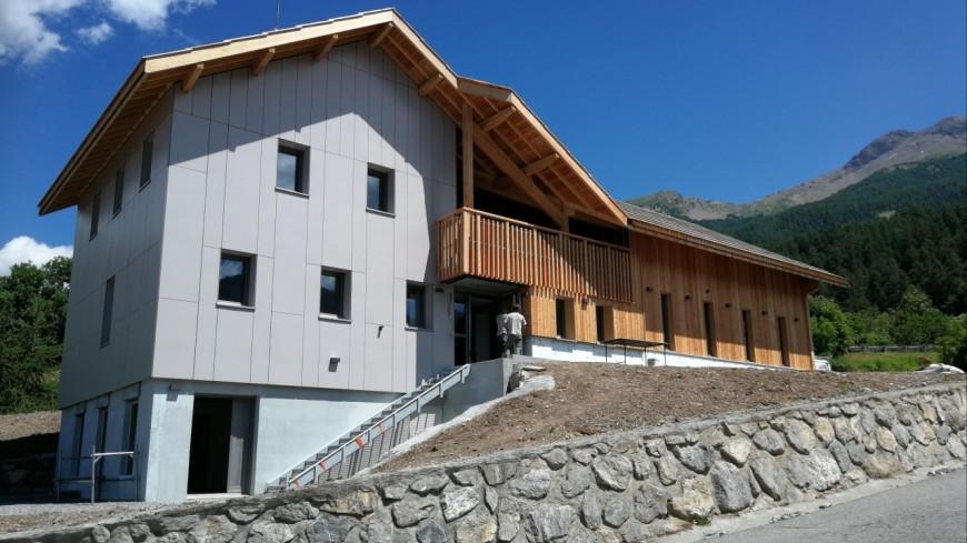 Hautes-Alpes : le nouveau Centre d'incendie et de secours des Orres, un concentré de matériaux locaux