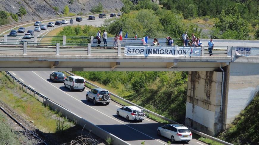 """Hautes-Alpes : le FN déploit sa banderole """"Stop Immigration"""" à Prunières"""