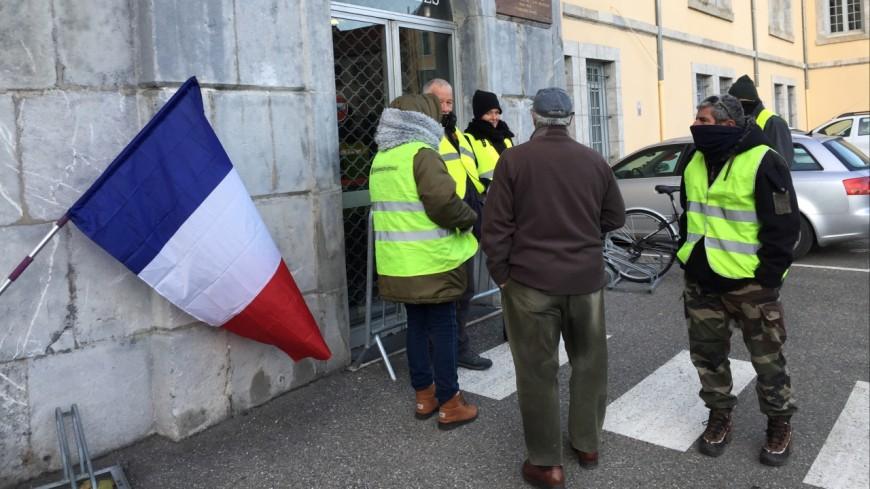 Hautes-Alpes : les gilets jaunes devant le centre des Finances publiques à Gap