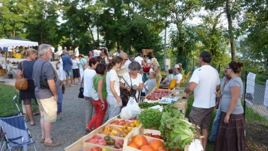Hautes-Alpes : le marché nocturne de Prunières un lieu pour rassembler la population