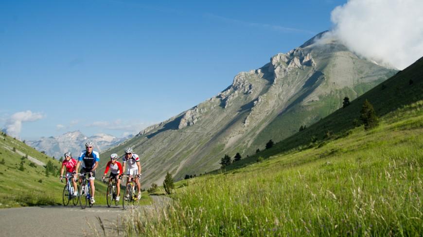 Hautes-Alpes : les élus à vélo pour la montée de Céüze