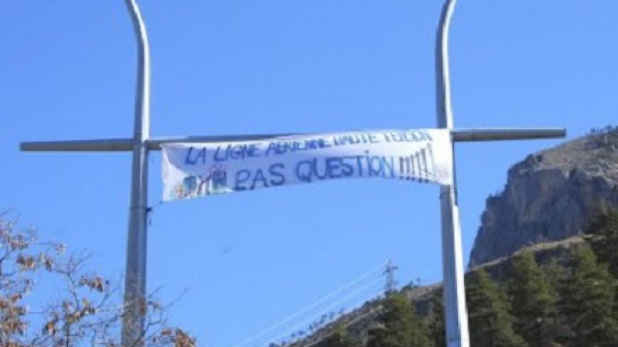 Hautes-Alpes : une manifestation des anti-THT devant la mairie de Savines-le-Lac