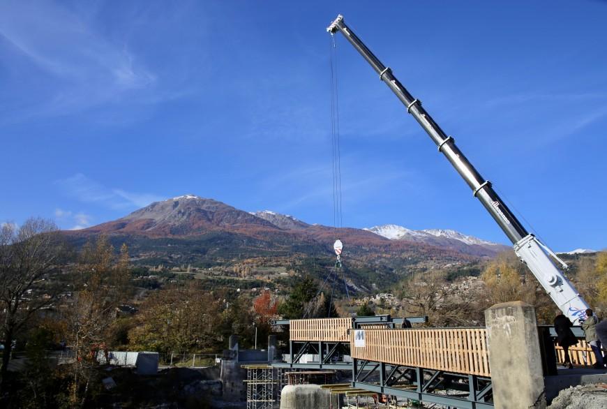 Hautes-Alpes : Embrun, une passerelle cycliste et piétonne voit le jour sur la Durance