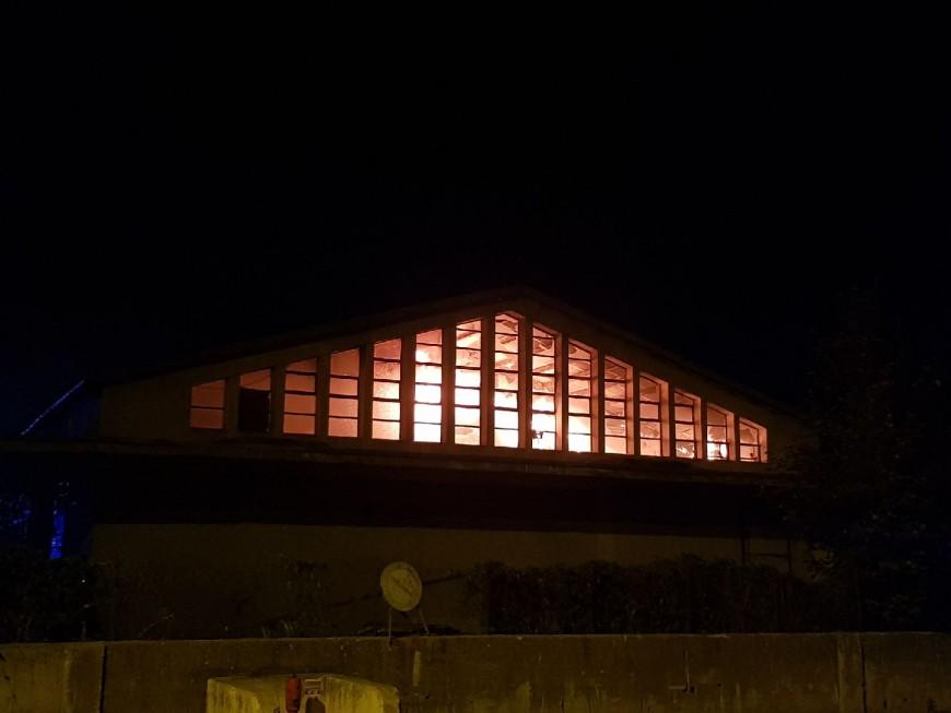 Hautes-Alpes : un vieil entrepôt part sous les flammes à Briançon
