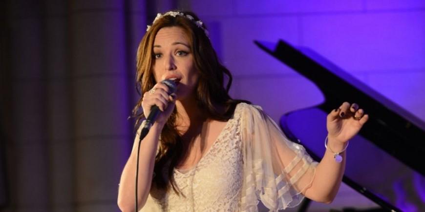 Alpes de Haute Provence : Natasha St Pier chante Ste Thérèse dimanche à Sisteron.