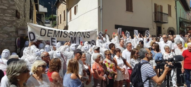Alpes de Haute-Provence : une manifestation pour demander la démission du maire d'Allos