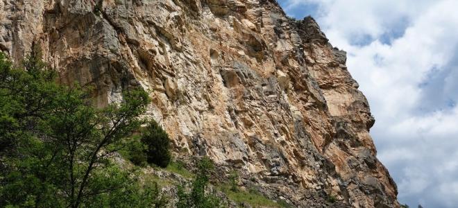 Hautes-Alpes : une jeune fille percutée par un bloc rocheux à Champcella, lors d'une session d'escalade